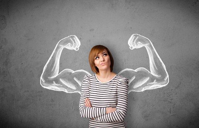 筋肉について考える女性