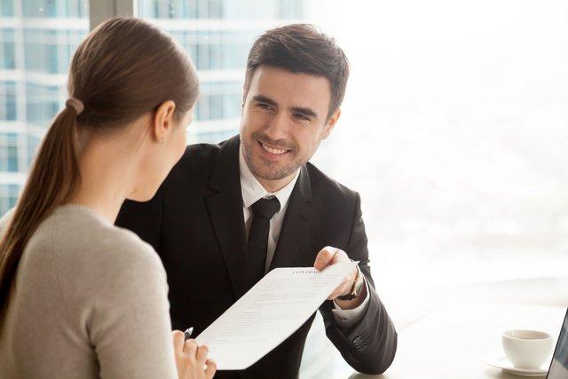 銀行員の男性と女性