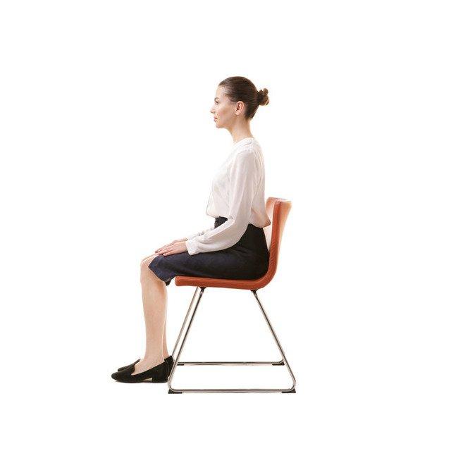 正しい姿勢で座る女性