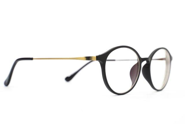 オーバル型のメガネの写真