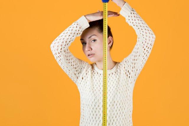 身長を測る女性