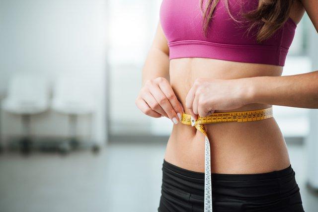 スリーサイズを測る女性