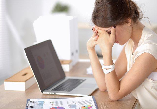 オフィスで疲れている女性